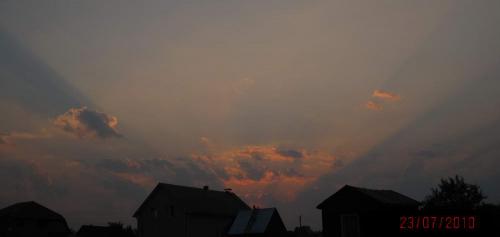 Природа не перестает удивлять неожиданными переменами, и даже то, что посажено на участке нашими руками, иногда предстанет в таком чудесном виде! <BR> А небо, оно и есть небо, тут никаких слов не нужно...<BR> Кликни на фото, чтобы увеличить его