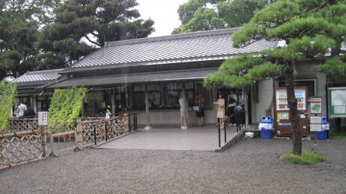 Парк Хама Рикю - одна из резиденций сёгунов клана Токугава. Красивейшее место в Токио, да еще и недалеко от нашего отеля. Конечно мы направились туда, как только выдался свободный день.
