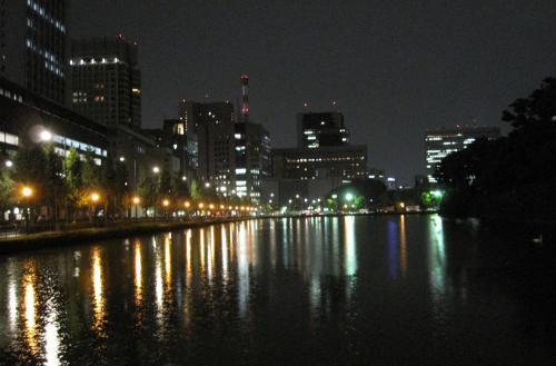 В Токио ночь опускается быстро, и город становится совсем другим