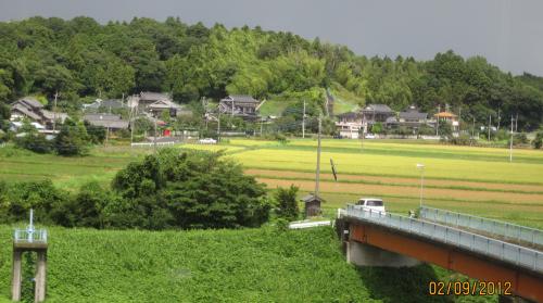 В сентябре 2012 фирма Токио Боэки пригласила группу наших сотрудников на обучение работе на аналитическом электронном микроскопе JEM-2100. Фирма JEOL (Ниппон Дэнси) - широко известный изготовитель научной аппаратуры  - расположена в городке Акисима, недалеко от Токио, а поселили нас в городке Татикава, откуда до Акисимы полчаса на метро и пешком