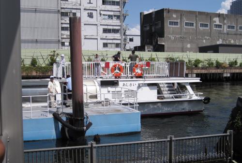 Из парка Хама-рикю направились на пристань речного трамвайчика (Waterbus), который по реке Сумида-гава доставил нас прямо в район Асакуса, известный своим храмовым комплексом