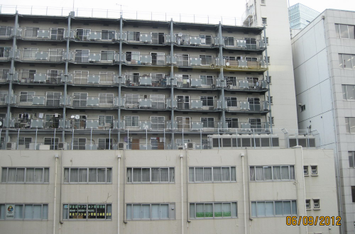 По окончании учебы в ДЖЭОЛе нас перевезли в отель Яэсу Фудзия в самом центре Токио. Мы тут же пошли изучать окрестности